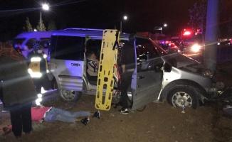 Aydınlatma direğine çarpan panelvandaki 3 kişi yaralandı