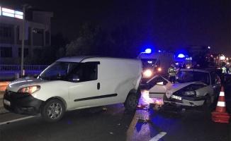 Kocaeli'de hafif ticari araç ile otomobil çarpıştı: 2 yaralı