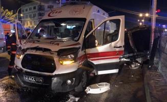 Ambulans, otomobil ile çarpıştı: 2 yaralı