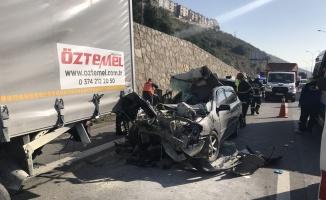 Otomobil kamyonla çarpıştı: 4 yaralı