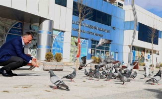 Başkan Büyükakın: Güvercinleri besledi, çocukları sevindirdi