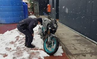 Çaldıkları motosiklet arızalanınca akaryakıt istasyonuna bıraktılar