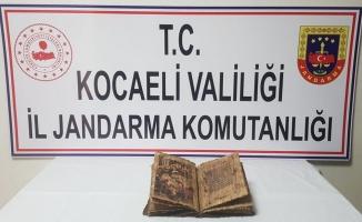 Gebze'de bir araçta tarihi eser niteliğinde İncil ele geçirildi
