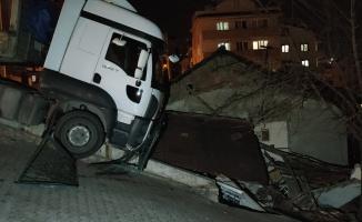 Gebze'de freni boşalan tır eve çarptı