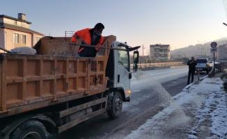 Gölcük Belediyesi buzlanmaya karşı gece gündüz mücadele etti