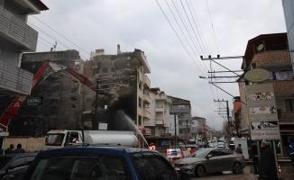 Kocaeli'de Marmara Depremi'nde hasar gören bina ekiplerce yıkıldı