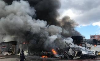 Bursa'da oto yedek parça dükkanında çıkan yangına müdahale ediliyor