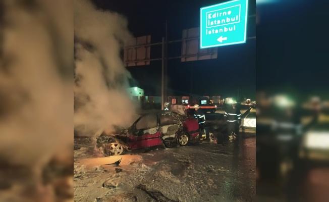 Kırklareli'nde tıra çarparak alev alan otomobildeki 3 kişi yaralandı