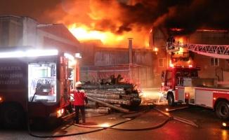GÜNCELLEME - Sakarya'da mobilyacılar çarşısında çıkan yangın kontrol altına alındı