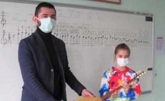 Pazaryeri'nde 10 yaşındaki başarılı kursiyere bağlama hediye edildi