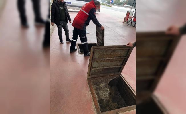 Kocaeli'ndeki İzmit Plajyolu sahilinde oluşan kirliliğin giderilmesi için çalışma başlatıldı