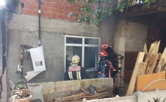 Sapanca'da iki katlı evin verandasında çıkan yangın hasara neden oldu