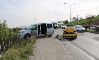 Serdivan'da taksinin çaptığı polis aracındaki 2 çevik kuvvet polisi hafif yaralandı