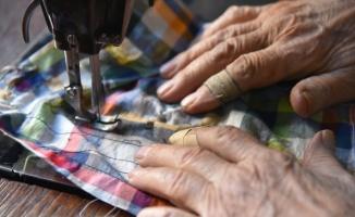 Sındırgılı Mehmet usta 68 yıldır koltuk değnekleriyle dükkanına gidip terzilik yapıyor