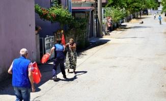 19 Mayıs Marşı'nı duyunca yalın ayak sokağa koşan Emirzade ninenin görüntüleri ilgi çekti