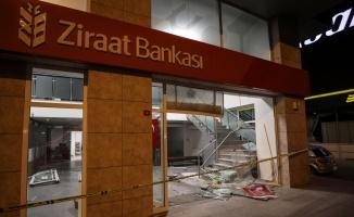 Avcılar'da iki otomobilin çarpışması sonucu araçlardan biri bankaya girdi