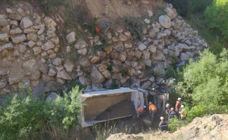 Balıkesir'de kamyon 30 metrelik şarampole devrildi: 1 yaralı