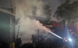 Kocaeli'de işçilerin kaldığı evde başlayıp kereste fabrikasına sıçrayan yangın kontrol altına alındı