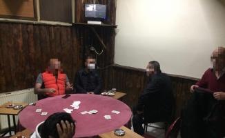 Gebze'de Kovid-19 tedbirlerini ihlal edip iskambil oynayan 6 kişiye para cezası verildi