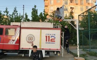 Kocaeli'de tırmandığı basketbol potasından inemeyen çocuğu itfaiye kurtardı