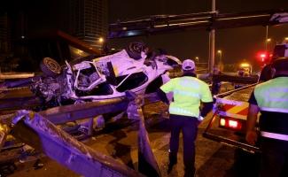 Maltepe'de otomobil bariyerlere çarptı: 1 ölü, 2 yaralı