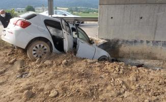 Bilecik'te yüksek hızlı tren viyadüğünün ayağına çarpan otomobildeki 2 kişi yaralandı