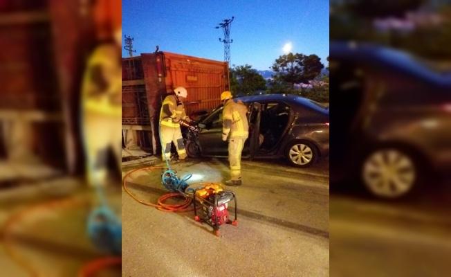 Bursa'da otomobil devrilen tıra çarptı: 1 ölü, 2 yaralı