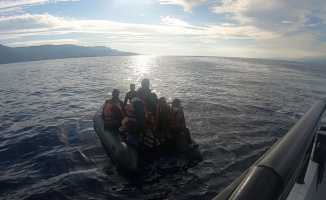 Çanakkale açıklarında Türk kara sularına itilen 17 düzensiz göçmen kurtarıldı