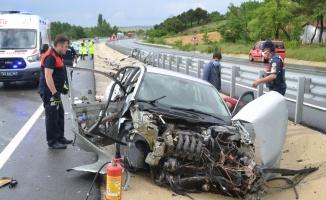 Keşan'da otomobil bariyerlere çarptı: 2 yaralı