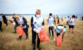 Kırklareli Valisi Bilgin, çevre temizliğine dikkati çekebilmek için öğrencilerle sahilde çöp topladı