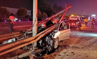 Gebze'de bariyerlere çarpan otomobildeki 3 kişi yaralandı