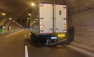 Otoyol tünelinde otomobilin hurdaya döndüğü kazada iki sürücü yara almadan kurtuldu