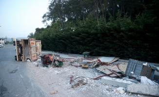 Sarıyer'de devrilen kamyonetteki 2 kişi yaralandı