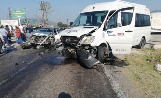 Bursa'da otomobille minibüs çarpıştı: 2 yaralı