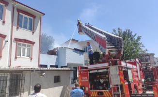 Bursa'da yangın çıkan evdeki yaşlı kadını yakındaki lisenin öğretmeni kurtardı