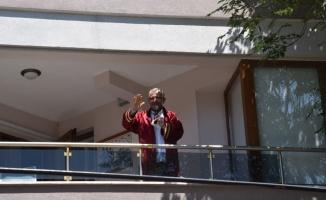 Kovid-19 tedavisi gören belediye başkanı evinin balkonundan nikah kıydı