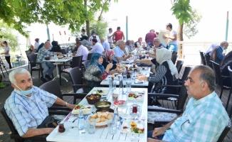 Sakarya'da yaşlılar kısıtlamaların kaldırıldığı ilk gün göl kenarında etkinlikte bir araya geldi