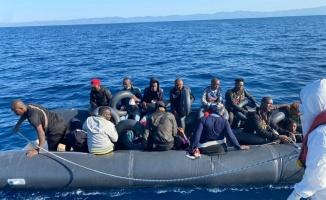 Ayvalık açıklarında Türk kara sularına itilen 20 düzensiz göçmen kurtarıldı