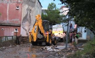 Bursa'da etkili olan sağanak nedeniyle bazı ev ve iş yerlerini su bastı