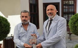 Edirne Gazeteciler Derneği, Kovid-19 sürecindeki hizmetlerinden dolayı yöneticilere plaket verdi