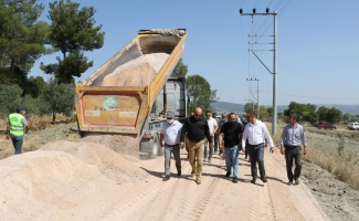 Manisa Gördes'te 30 kilometrelik yolda temel serme çalışması