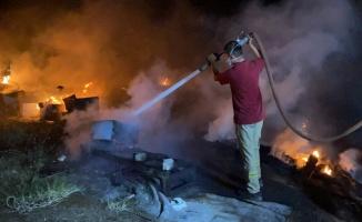 Yangının sıçradığı kovanların kapaklarını açan üretici, binlerce arıyı kurtardı