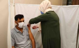 Bağcılar'da vatandaş ile belediye personeline randevusuz Kovid-19 aşı uygulaması yapıldı