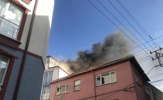 Bilecik'te 5 katlı apartmanın çatısında çıkan yangın söndürüldü