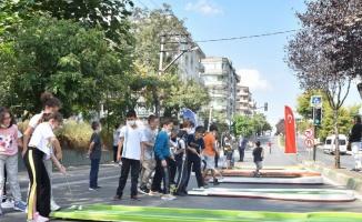 Bursa'da trafik durdu, cadde çocuklara kaldı