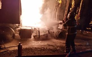 Kırklareli'nde kağıt havlu taşıyan tır yandı