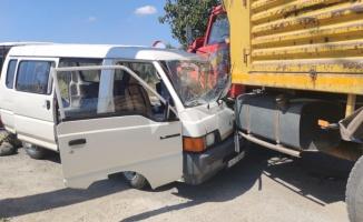 Orhangazi'de kamyonla çarpışan minibüsün sürücüsü yaralandı