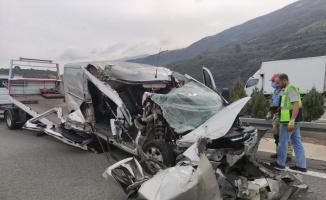 Otoyolda kamyona çarpan minibüsün sürücüsü yaralandı