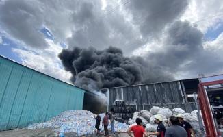 Sakarya'da geri dönüşüm fabrikasında çıkan ve palet üretim tesisine sıçrayan yangına müdahale ediliyor