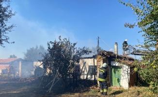 Tekirdağ'da tek katlı evde çıkan yangında 3 kişi dumandan etkilendi
